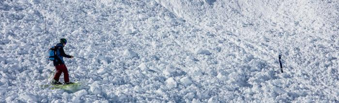 Bei der Signalsuche können auch die Ski anbehalten werden, um sich schnell am Lawinenkegel zu bewegen | Foto: ROCK'nd SNOW Berg- und Skischule, Christopher Spiegel