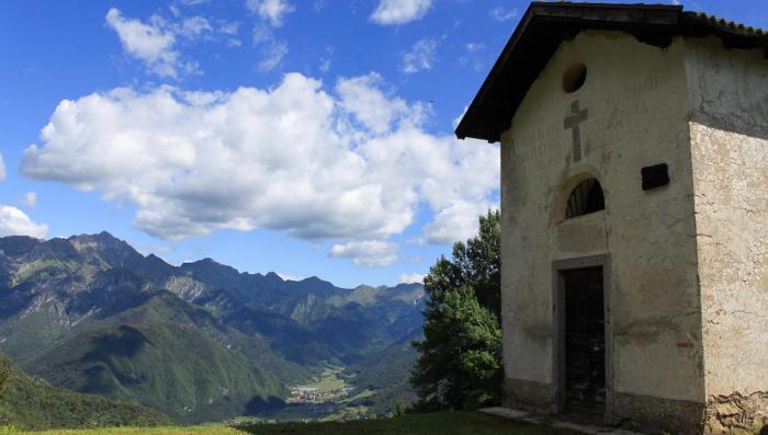 Man passiert die Kapelle San Marino. Die steht inmitten der Alm. Foto: Stefania Oradini/Valle di Ledro