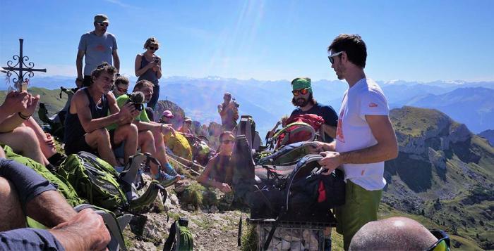 Experten bei der Arbeit: Die Spezialisten von Lowe Alpine erklären der Outdoorfachwelt, was es mit den neuen Altus Rucksäcken auf sich hat.