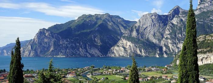 Beim genauen Hinschauen kann man den Ponalepfad durch den Felsen über dem See sogar erkennen. Foto: pixabay.com/Barni1