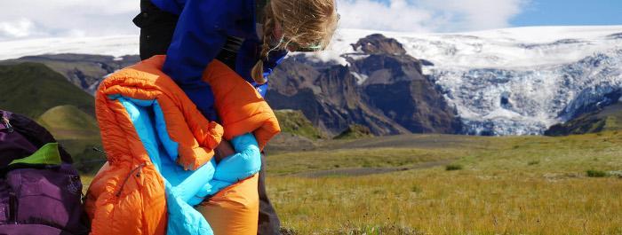 Daunenschlafsäcke zeichnen sich durch gute Wärmeisolation geringem Gewicht und kleinem Packmaß aus. In einem wasserdichten Packsack bleibt die Daune vor Nässe und Feuchtigkeit geschützt.