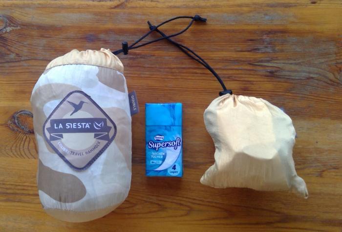 Packmaßvergleich mit Taschentuchpäckchen und beiden Packsäcken