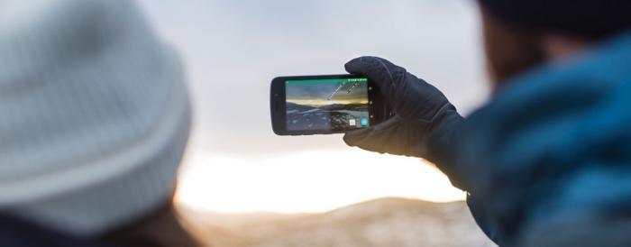 Beim Handy spielt die Kälteresistenz des Akkus die größte Rolle - mit einem Outdoor Smartphone in deiner Notfallausrüstung bist du auf der sicheren Seite | Foto: Land Rover Explore