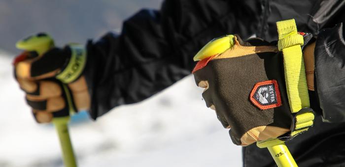 Mit einer Schlaufe bleibt der Stock fest in der Hand. Foto: ROCK'nd SNOW Berg- und Skischule/Stefan Langkau