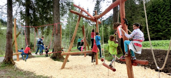 Aktion am Burmi-Weg. So macht Wandern auch den Kindern Spaß. Fotos: KWT/Stephan Repke