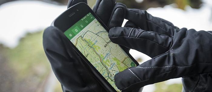 Die Bedienung des Smartphones mit Handschuhen ist draußen in der Wildnis vor allem  bei Kälte mehr als wichtig