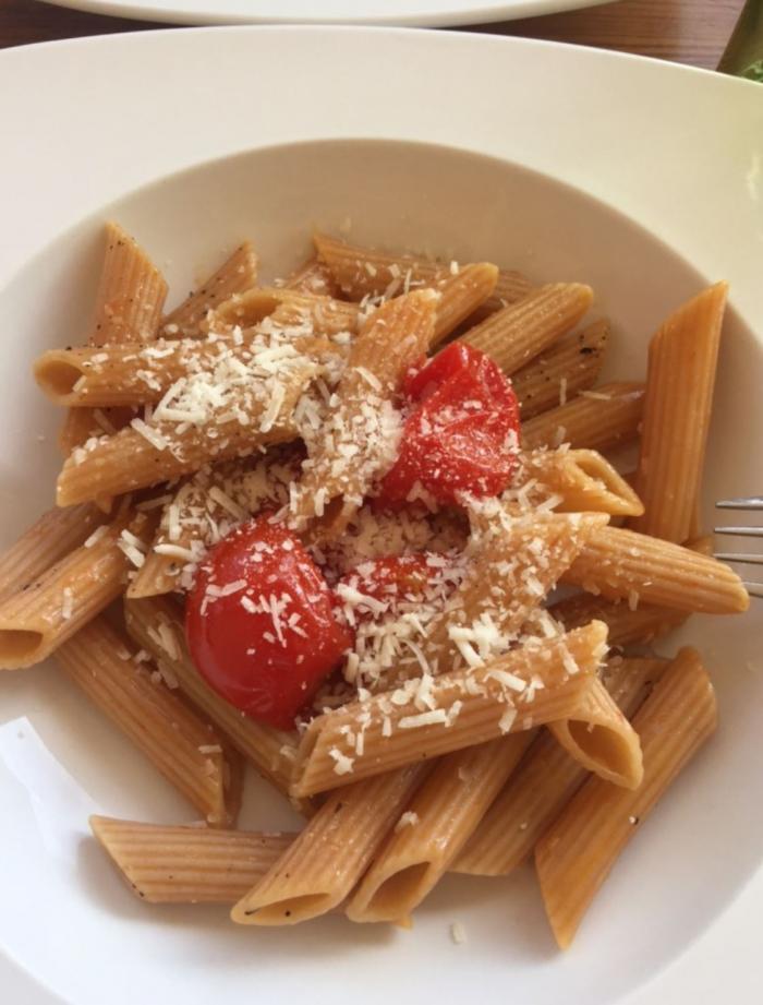 Penne im Teller: mit Kirschtomaten und Parmesan