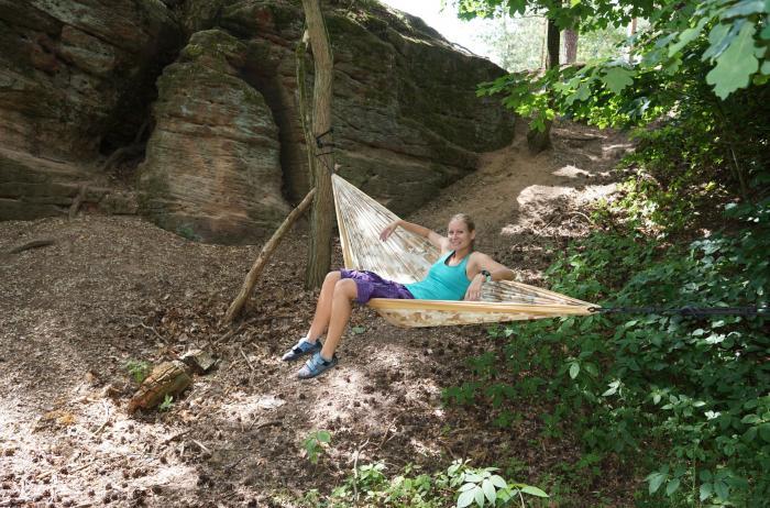 Quer drinsitzend beim Bouldern