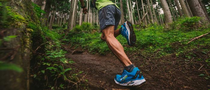 Laufhosen haben meist eine enge Passform, sowie Atmungsaktivität, um den Läufer aktiv zu unterstützen.