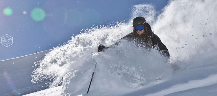 Dunkle Skihelme erhitzen sich natürlich schneller als helle und sind bei schlechter Sicht nicht gut sichtbar.